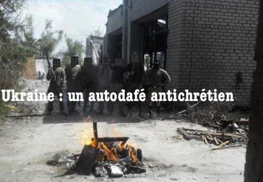 Ukraine : des militants du groupe paramilitaire Azov font un autodafé d'objets chrétiens