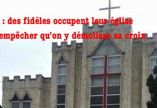 Chine : des fidèles défendent la croix de leur église