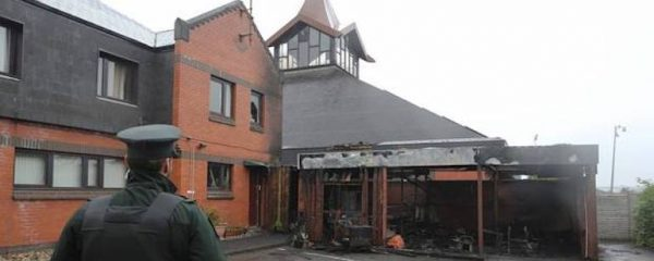 Église catholique incendiée à Londonderry, en Ulster